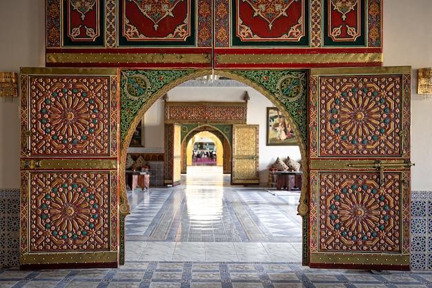 많은 장식 세부 사항이있는 문이있는 전통적인 동양 인테리어 디자인