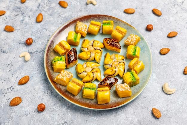 コンクリートの表面に異なるナッツを使った伝統的な東洋のお菓子