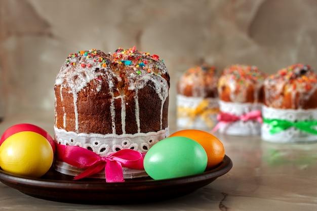 伝統的な正教会のキリスト教のイースター料理。テーブルの上のイースターケーキと塗られた卵。