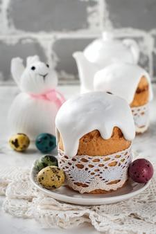 ライトにカラフルなウズラの卵を添えた伝統的な正教会のイースターパンクリーチ