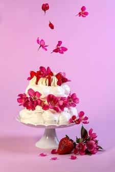 Традиционный десерт павлова с кусочками клубники концепция праздничных десертов без глютена