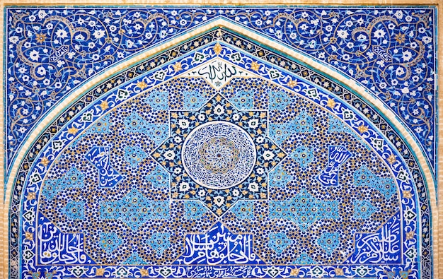 Традиционная персидская мозаика на фасаде иранской мечети в йезде