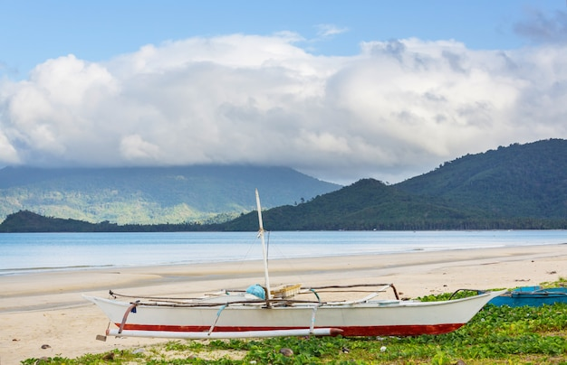 Традиционная филиппинская лодка в море, остров палаван, филиппины