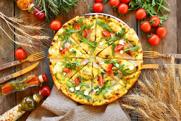 시골 풍 테이블에 전통 피자