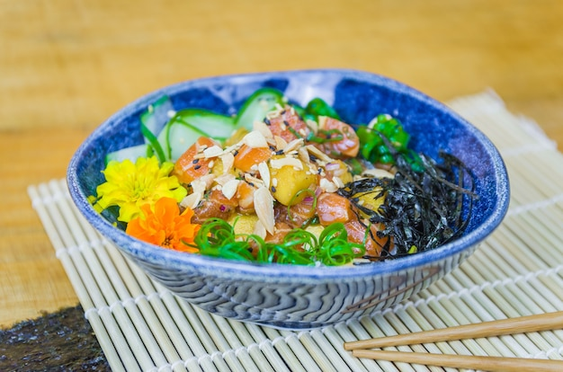 아름다운 장식 접시에 전통적인 찌름