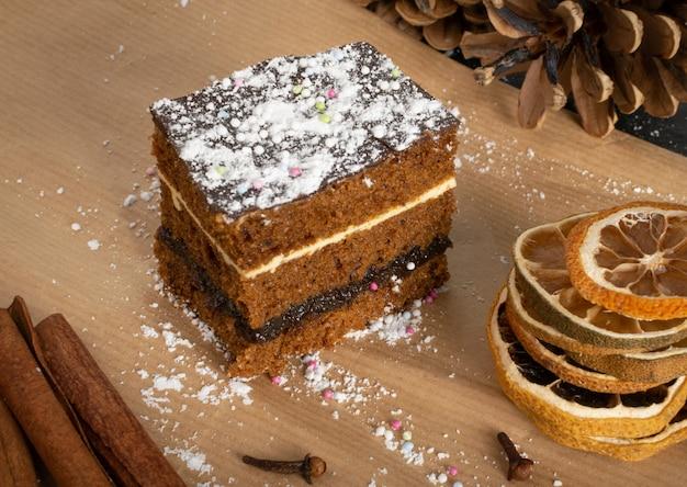 伝統的なポーランドのクリスマスデザートpiernik、pryanikまたはスパイスとスポンジケーキ。茶色のココアのタルト、ジンジャーブレッドまたはレイヤービスケットの長方形の部分