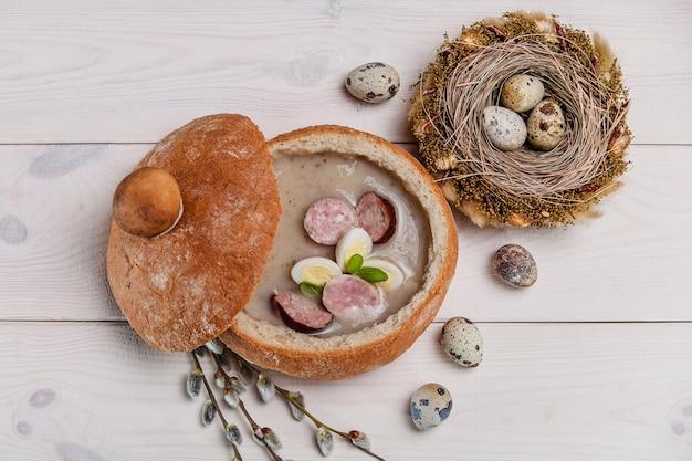 テーブルの上の伝統的なポーランドのイースターの食事