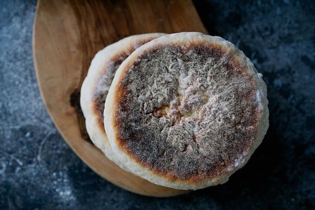 伝統的なポルトガルの平らな円形のパンbolodocaco。上面図。閉じる