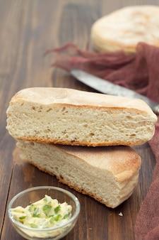 マデイラの伝統的なポルトガルのポテトパン-ボロデカコ