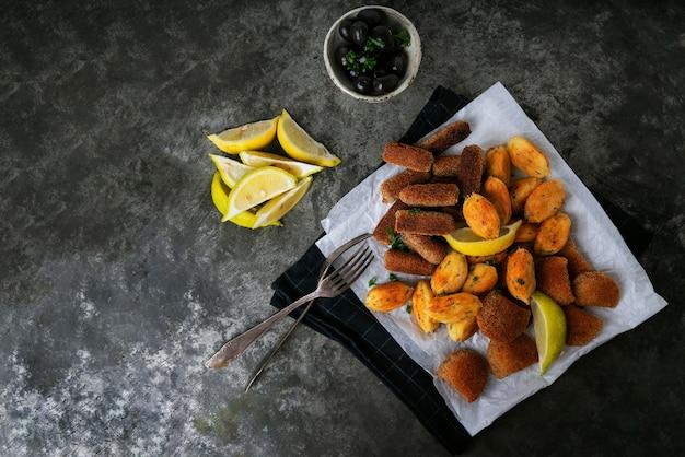 Традиционные португальские закуски на тарелке