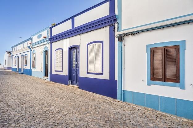 Традиционная португальская улица. древняя архитектура.