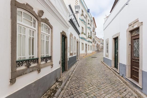 タヴィラの伝統的なポルトガルの通り。