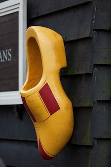 Zaanse schans에서 네덜란드 나막신을 만드는 전통적인 과정