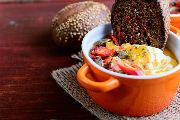 素朴なスタイルの伝統的なカボチャクリームスープ。健康的な食事の概念。