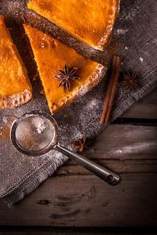 할로윈이나 추수 감사절에 대한 전통적인 호박 파이. 나무 테이블에 소박한 스타일입니다.