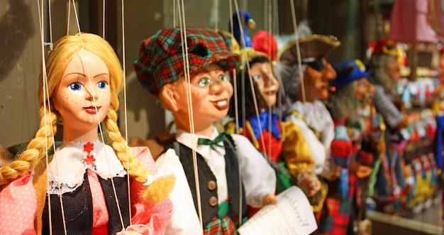 木で作られた伝統的な人形。プラハで買い物-チェコ共和国