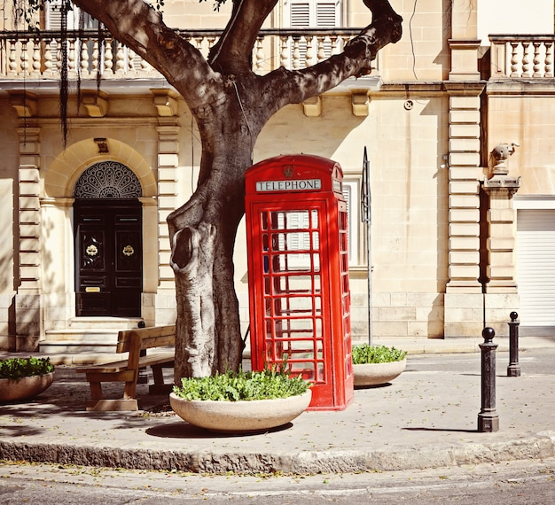 Традиционная красная британская телефонная будка