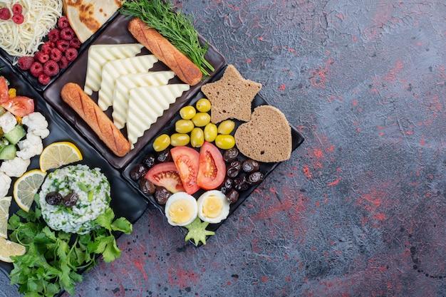 Традиционный богатый стол для завтрака с разнообразными продуктами.