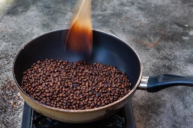 집에서 전통적인 로스팅 커피, 갓 볶은 커피 콩.