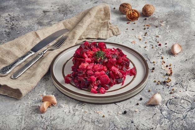 접시에 기름과 식초, 밝은 배경으로 전통적인 러시아 비트 뿌리 샐러드