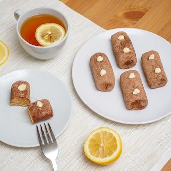 伝統的なロシアのケーキ、ジャガイモの形としてのラムボールをテーブルに添えて