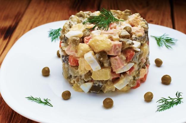 伝統的なロシアのクリスマスと新年のサラダオリビエと野菜と肉