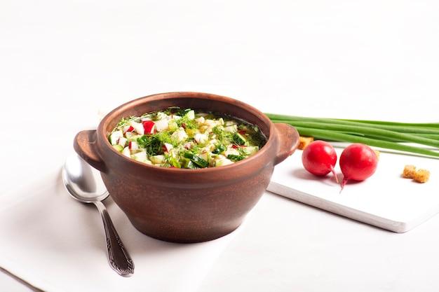 新鮮な野菜と肉を使った伝統的なロシア料理の冷たいオクローシカ