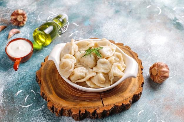 Pelmeni o gnocchi russi tradizionali con carne.