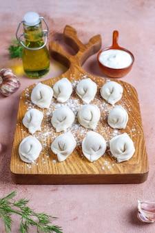 러시아 전통 pelmeni 또는 고기 만두.