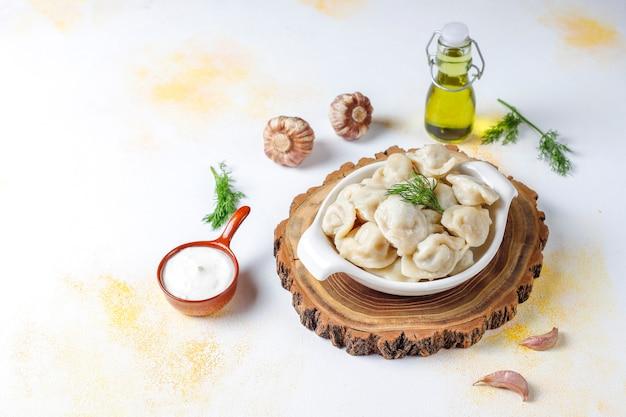 伝統的なロシアのペリメニまたは肉入り餃子。