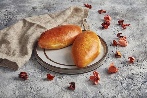 プレートにネギと卵を添えた伝統的なロシアのパイ。ロシアのピロシキ、自家製焼きパテ。