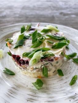 Традиционный русский салат из селедки под шубой