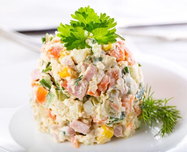 Традиционный русский салат на тарелке