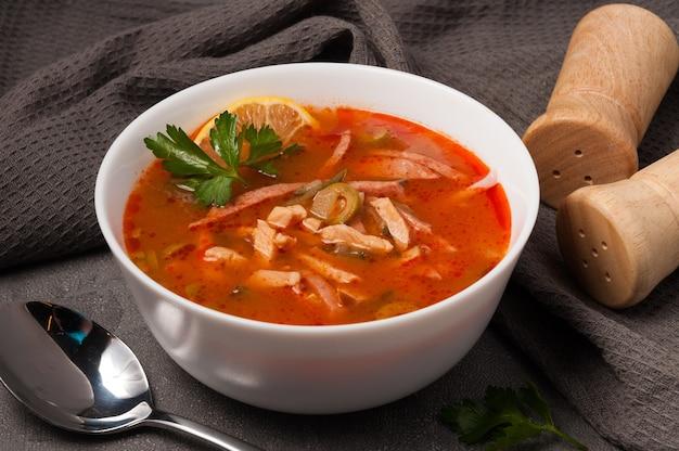 白いボウルに伝統的なロシアのスープソリャンカ