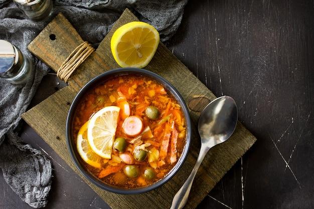Традиционный русский суп солянка с мясными колбасами овощи каперсы соленья и оливки