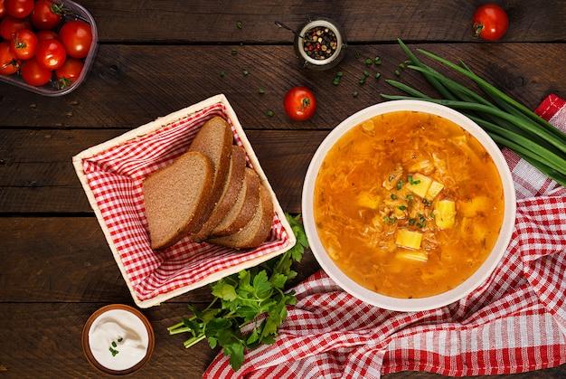 양배추-소금에 절인 양배추 수프-shchi와 전통적인 러시아 수프. 평평하다. 평면도