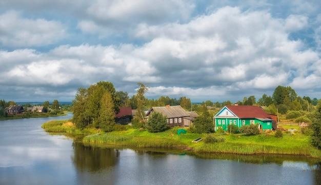 Традиционная русская деревня на севере россии на берегу реки летом