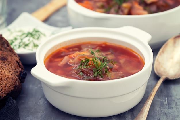 Традиционный русуанский суп борщ в белой миске
