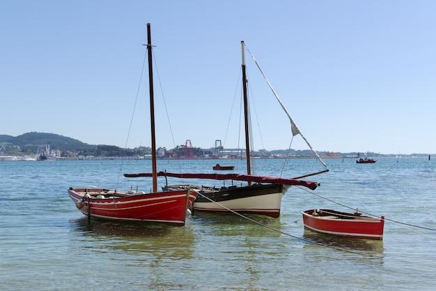 Традиционная парусная лодка в море на якоре
