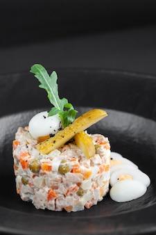 Традиционный салат оливи с майонезом из рубленых отварных овощей, яиц, мяса