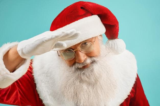 Традиционный дед мороз в очках с седой бородой