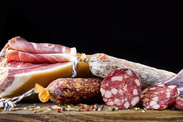Традиционная колбаса, колбаса с плесенью и испанская ветчина (беллота, хамон)