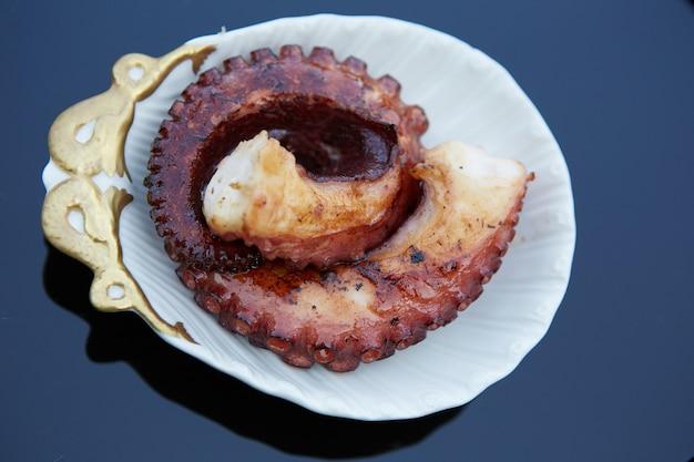 전통 해산물. 구운 문어