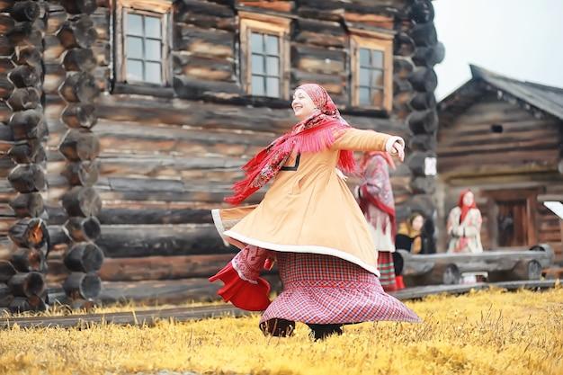 素朴なスタイルの伝統的なスラブの儀式。夏の屋外。スラブの村の農場。エレガントなローブを着た農民。