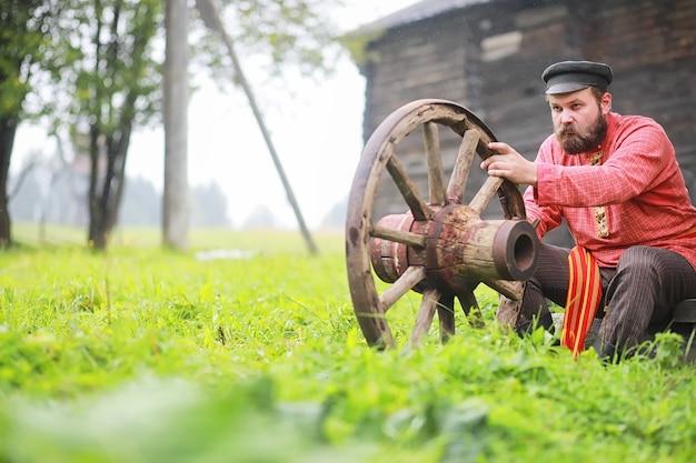 Традиционные славянские обряды в деревенском стиле. летом на открытом воздухе. славянский деревенский колхоз. крестьяне в нарядных халатах.