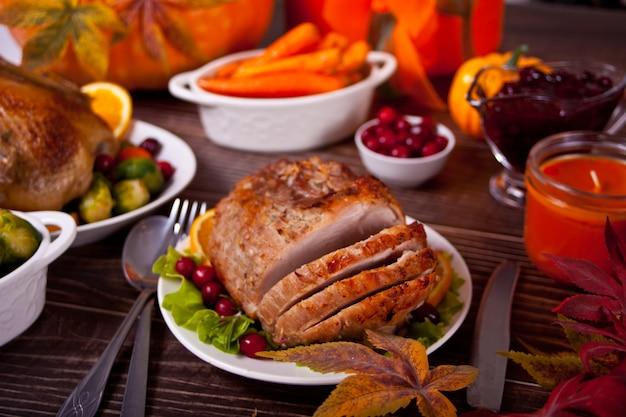 Традиционная нарезанная ветчина в медовой глазури для праздничного стола на рождество или день благодарения.