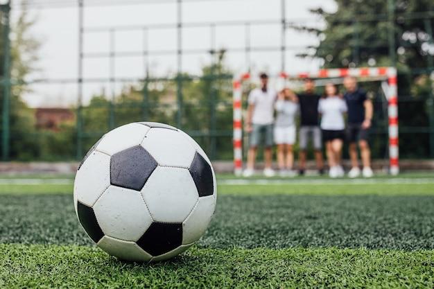 Pallone da calcio tradizionale sul campo di calcio