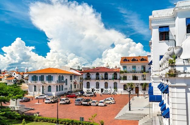 Традиционные испанские колониальные здания в каско вьехо, историческом районе панама-сити в центральной америке.