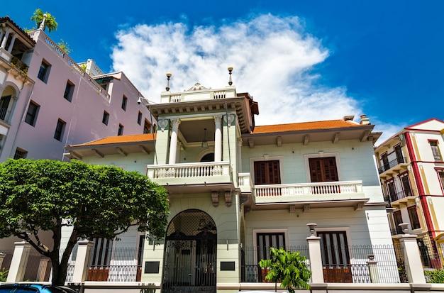Традиционный испанский колониальный дом в каско вьехо, историческом районе панама-сити в центральной америке.
