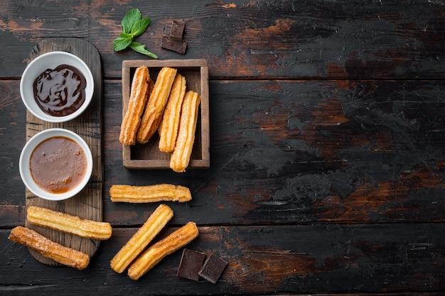 砂糖とチョコレートのセットと伝統的なスペインのデザートチュロス